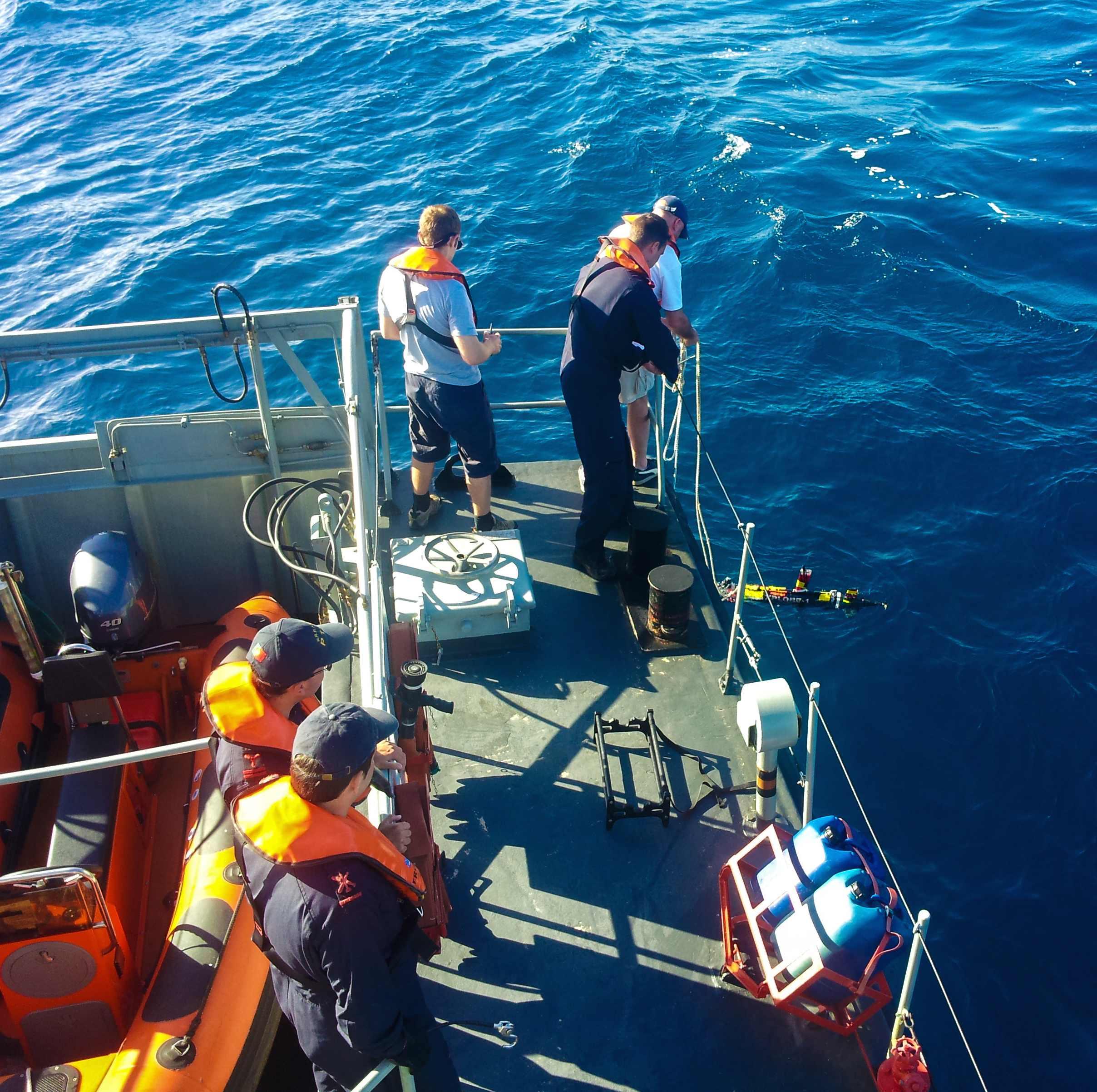 A bordo do NRP Argos depois de recuperar o Xplore-1 depois de 2.5 mpaeamentos em torno de um peixe –lua com um marcador ARGOS.
