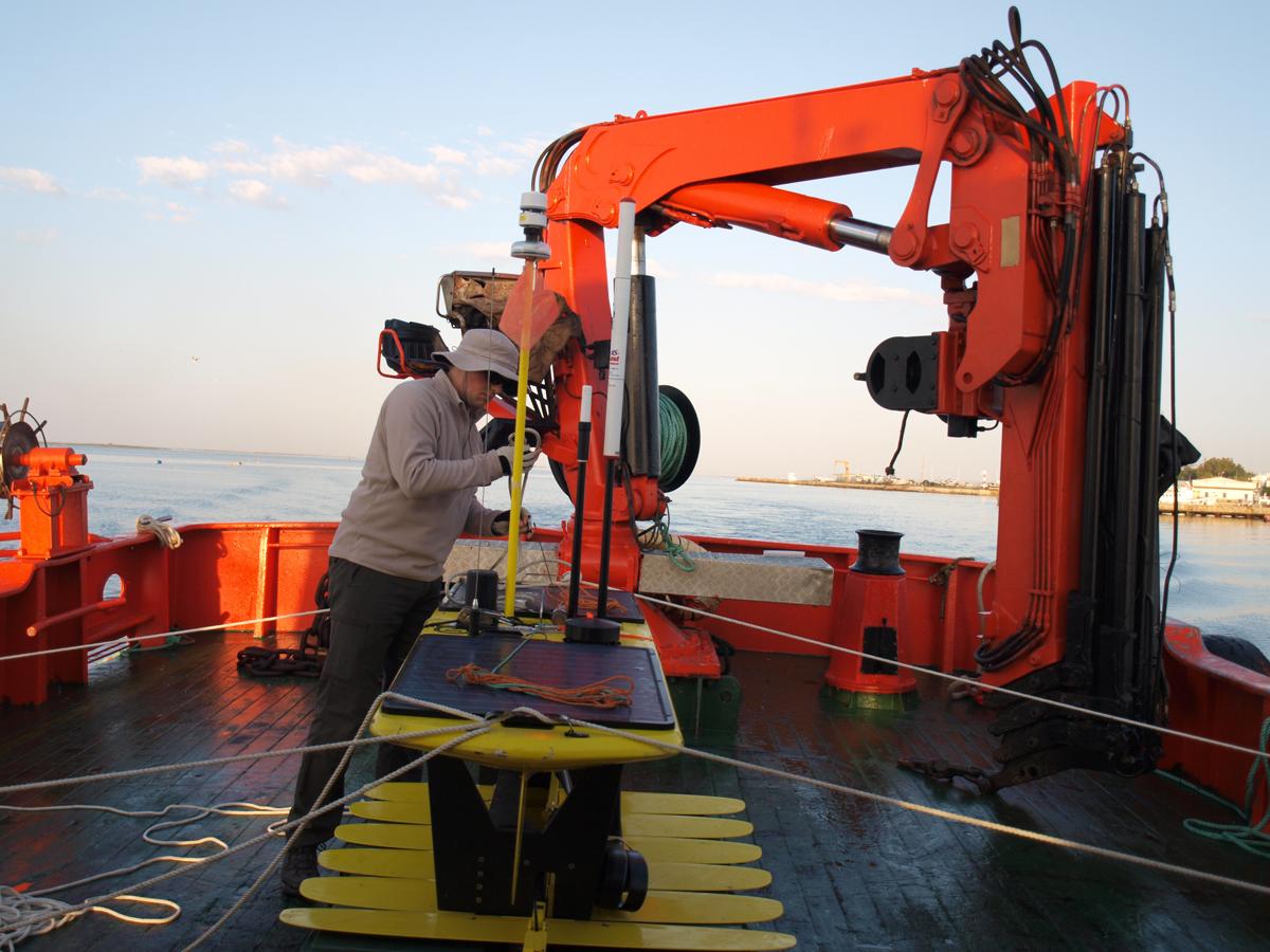 Artur no convés do Cobecho Primero com o Wave Glider Hermes a sair do porto de Olhão.